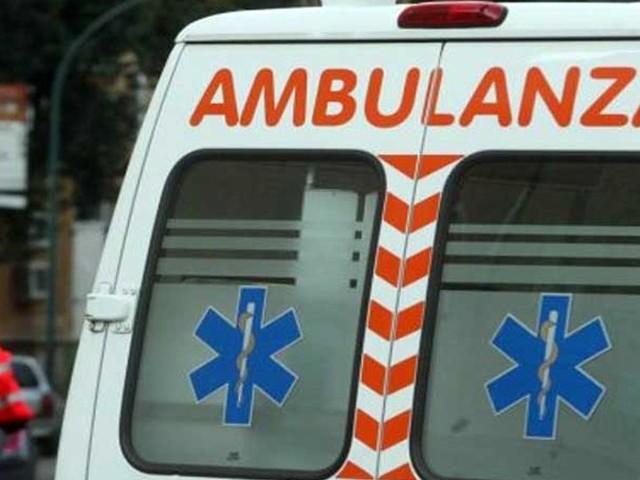 Perde il controllo dell'auto finisce nel fosso e sbatte contro terrapieno: ferito il conducente