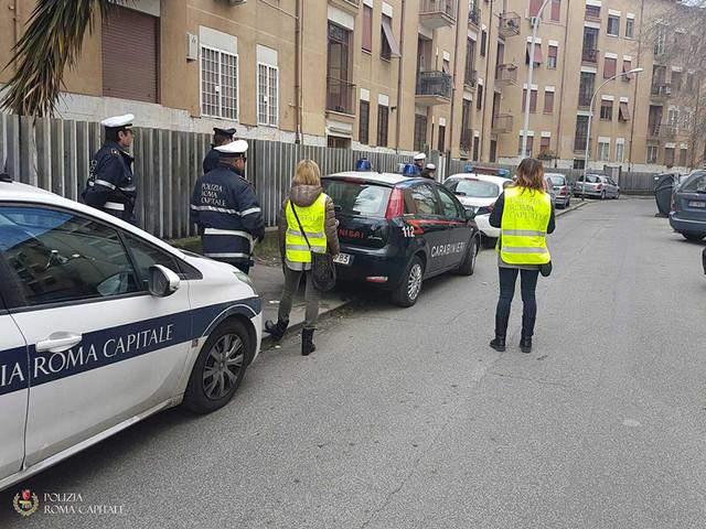 Con il cane malato si lancia sotto le auto in corsa: paura a Roma