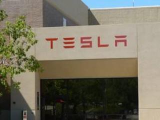 Nuovi guai per Tesla: i pannelli solari si incendiano e Walmart fa causa