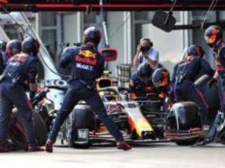 La battaglia tra Mercedes e Red Bull si sposta nella pitlane