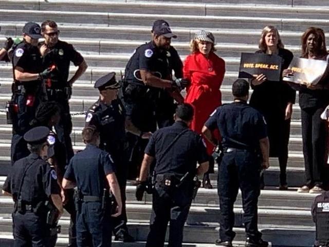 Jane Fonda arrestata a una manifestazione contro i cambiamenti climatici