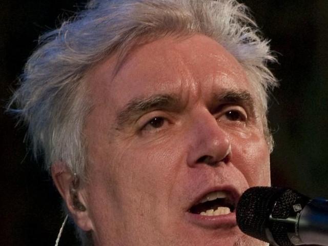 Guarda David Byrne suonare con i Choir! Choir! Choir! 'Heroes' di David Bowie e 'Borderline' di Madonna – VIDEO