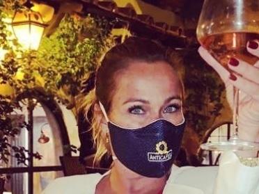 """""""Cosa fai? Bevi con la mascherina?"""" E gli hater di Sonia Bruganelli colpiscono ancora"""