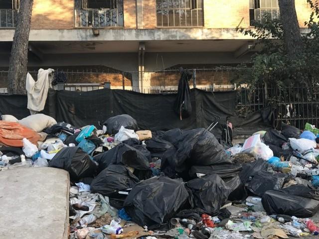 Nel campo di via Vannina a Roma i migranti non sono irregolari. Eppure vivono come delle bestie. Perché?