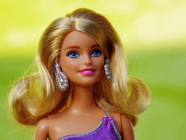 Barbie per i suoi 60 anni cambia aspetto: assomiglia a Kylie Jenner