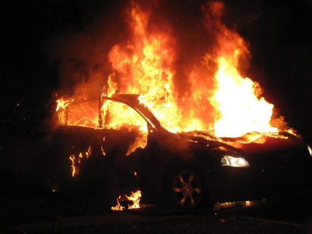 Bruciate (di nuovo) auto in strada: distrutti 4 veicoli. Indagini in corso