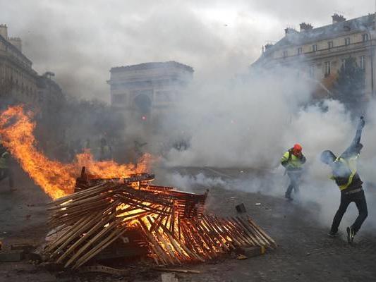 Gilet gialli 'moderati' temono morti, 'restate a casa'