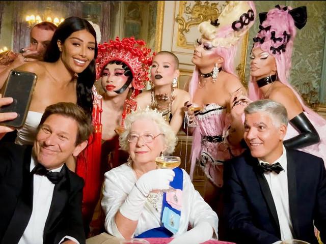 """Duran Duran, nel video di """"Anniversary"""" tanti Vip e la regina Elisabetta (ma sono sosia)"""
