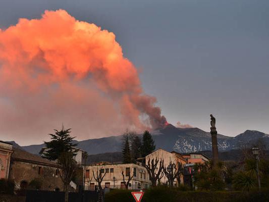 Etna: fontana di lava e cenere, nube eruttiva alta 9 km
