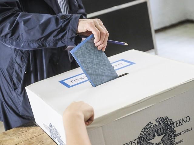 """Appello di Sergio Mattarella alla stabilità. Primarie Pd il 30 aprile allontanano il voto a giugno. Di Maio twitta: """"Miserabili"""""""