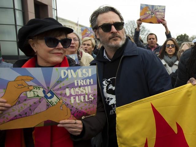 Clima, Joaquin Phoenix arrestato mentre manifesta in piazza a Washington