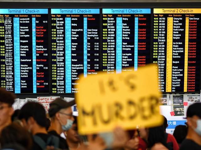 """Hong Kong, manifestanti bloccano aeroporto, cancellati i voli. Cina: """"Atti di terrorismo"""""""