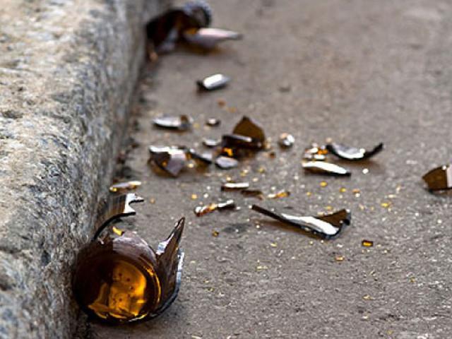 Con un coccio di bottiglia si scaglia contro i carabinieri: paura a Roma
