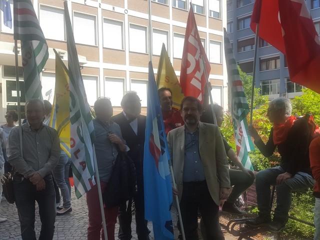 Presidio al Commissariato per i sindacati della scuola solidali con la prof sospesa