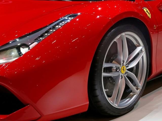A 11 anni guida una Ferrari: il video di denuncia sui social