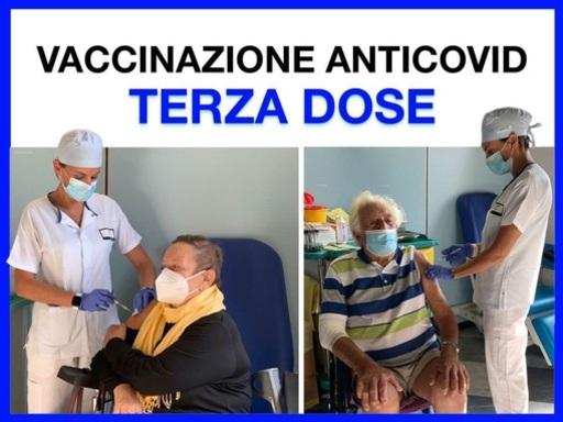 Vaccini, al via la terza dose: i primi due a riceverla sono due pazienti del Galliera