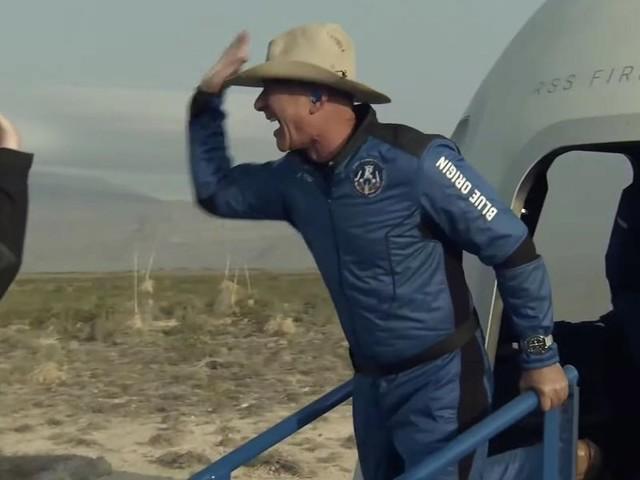 Jeff Bezos inaugura il turismo spaziale