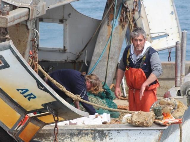 """Per togliere i rifiuti dal mare i """"pescatori spazzini"""" della Toscana si fanno in cinque"""