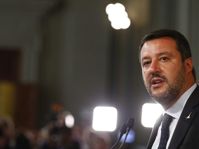 """I sovranisti vanno in piazza. E Salvini """"chiama"""" il Cav"""