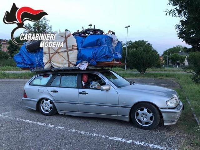 Un'intera camera da letto sul tettuccio dell'auto: multato