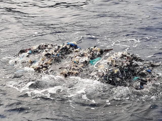 Un'altra delle ecoballe finite in mare nel 2015 trovata sulla costa piombinese
