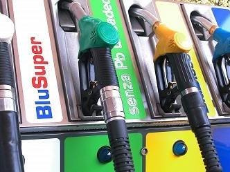 Pieno di E5 o di B7? Addio a benzina e gasolio, da oggi parte la rivoluzione alla pompa