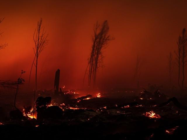 """Foto choc dell'Indonesia col cielo rosso: """"Colpa dell'inquinamento"""""""