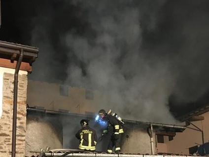 Casa divorata dalle fiamme a Brissago. Una famiglia perde tutto