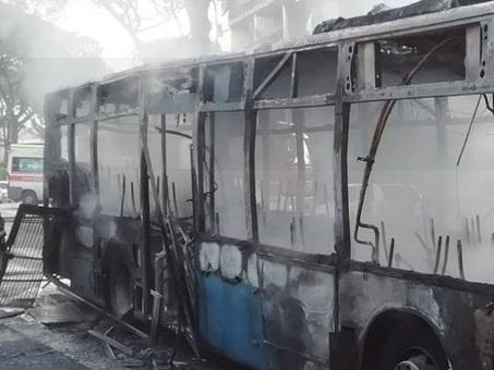 Roma, un altro bus in fiamme, è il terzo in tre giorni