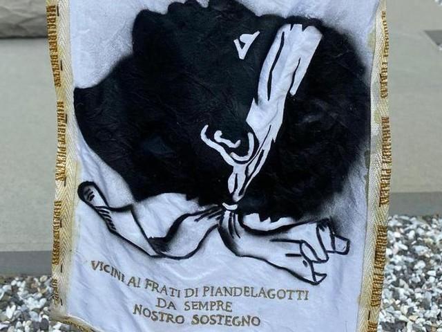 Frassinoro, gli indipendentisti corsi omaggiano i boscaioli di Piandelagotti: «Da sempre fratelli»
