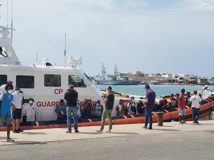 Migranti: 7 sbarchi con 250 persone nella notte a Lampedusa