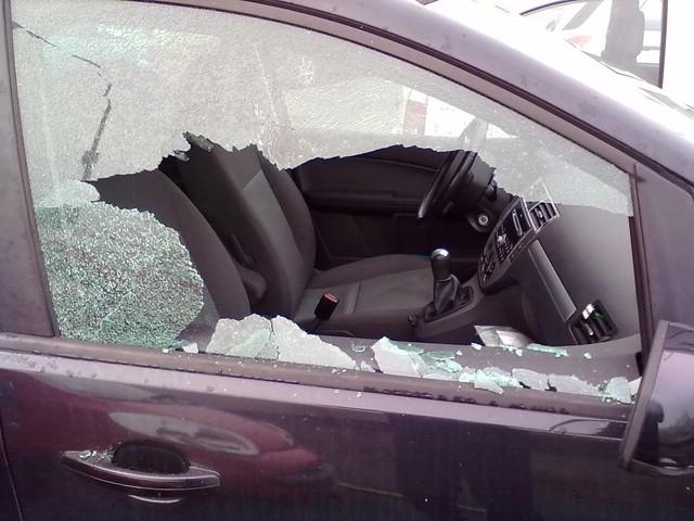 Roma. Si 'diverte' a tirare sassi sui finestrini delle auto in sosta: denunciato 24enne