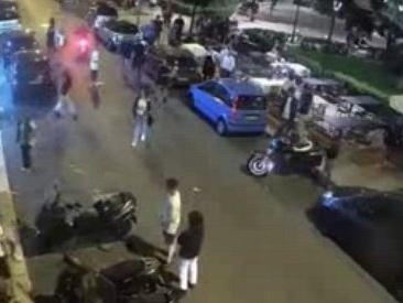 Bari, coppia gay pestata e rapinata sotto gli occhi dei passanti. Giovanissimi incastrati dal video