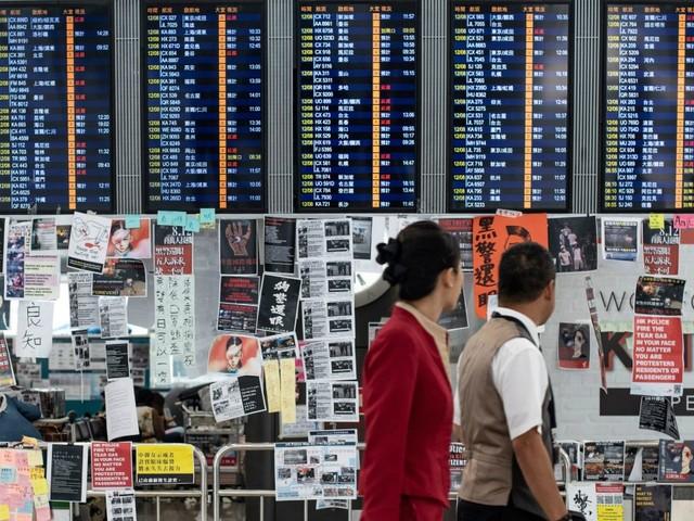 Hong Kong, nuove proteste in aeroporto: per il secondo giorno cancellati tutti i voli in partenza. In migliaia occupano lo scalo