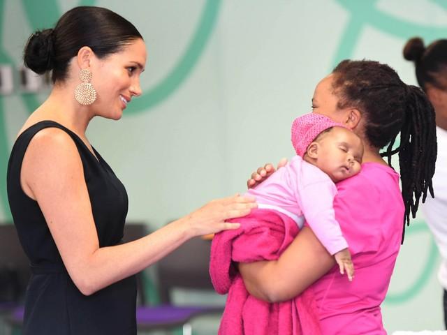 Meghan Markle in Sudafrica regala i vestitini usati di Archie