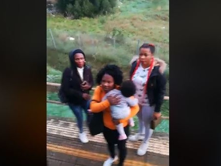 Migranti senza biglietto cacciati dal treno. Salvini: «Scrocconi, onore al capotreno»