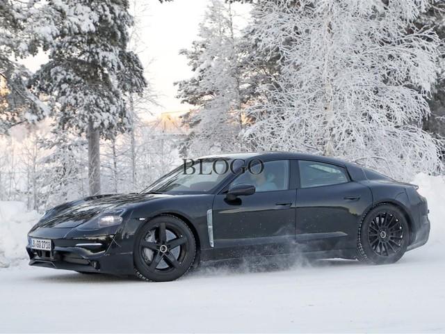 Porsche Mission E: foto spia sulla neve