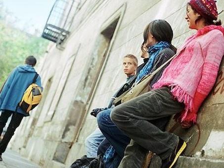 Farsi male, cresce l'autolesionismo tra i giovani: in Italia uno su sette