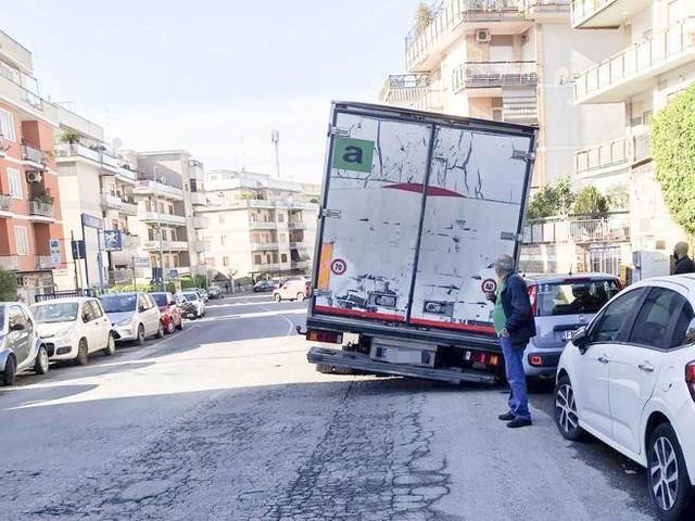 Roma, a via Gregorio XI cede il manto stradale e un camion rimane incastrato