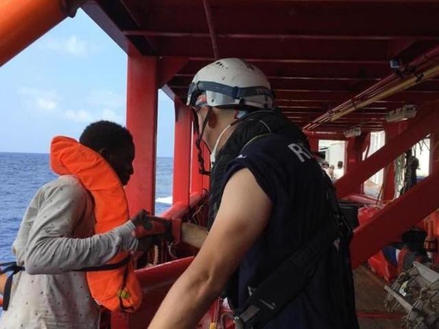 """Nove migranti lasciano la Open Arms, tre sono malati. Banderas: """"un orrore"""" il blocco della nave"""