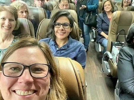 Focolaio tra politici, tutti in viaggio su bus e aerei senza mascherine: «Il virus? Un nobile sacrificio per la democrazia»