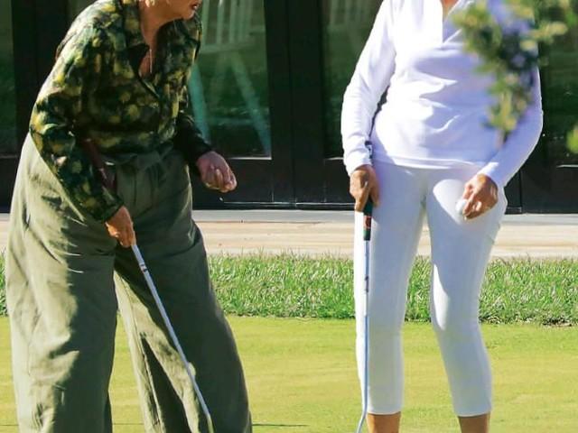 Risate e complicità sul campo di golf tra Raffaella Carrà e Loretta Goggi