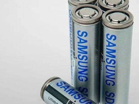 Presentato un nuovo standard per le batterie delle auto elettriche dalla Samsung, celle cilindriche 21700