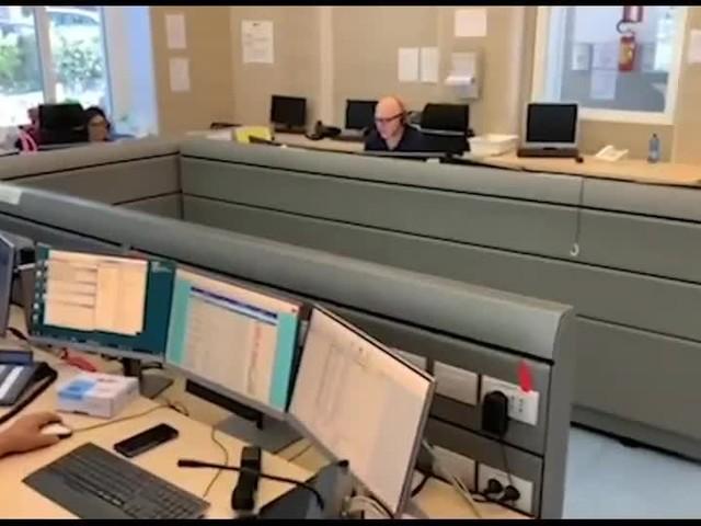 """""""Stai calma, respira"""": l'operatore del 118 """"ostetrico"""" al telefono"""