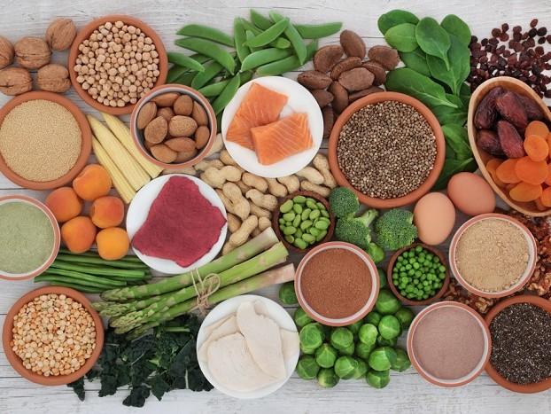 Alimenti che aiutano a dormire: legumi, pesce, frutta secca, semi di lino e infusi