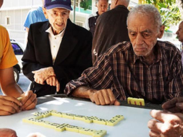 Bimbo realizza uno striscione per unacasa per anziani