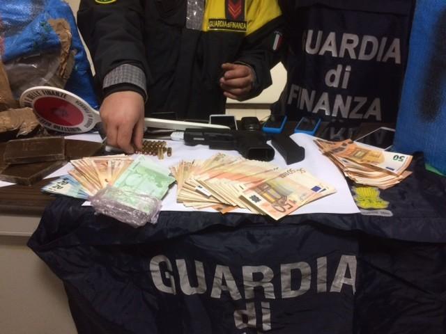 Guardia di finanza Bari: a Bisceglie sequestro di oltre otto quintali di droga, tre arrestati Bloccati, oltre a marijuana e hashish, quattro veicoli, una pistola e 32mila euro in contanti