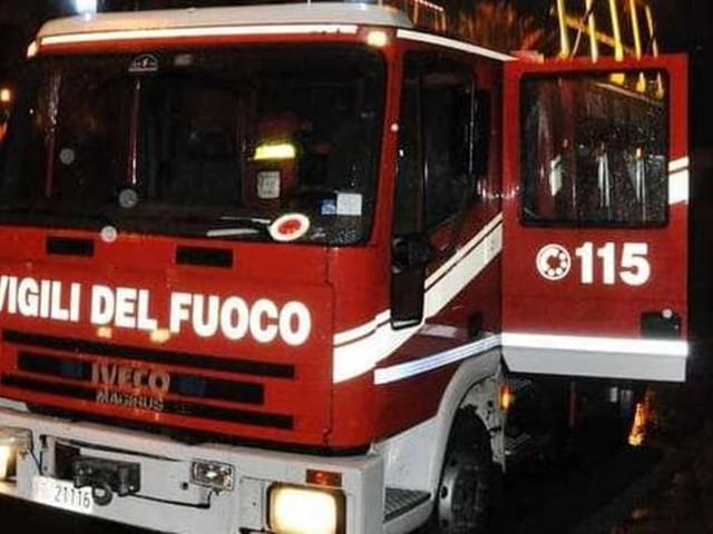 Fondi, violento incendio in un appartamento: muore una donna