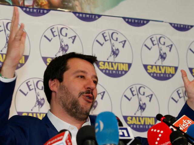 Salvini si tiene aperte tutte le strade. Non chiude la porta a Di Maio e neanche rompe con Berlusconi