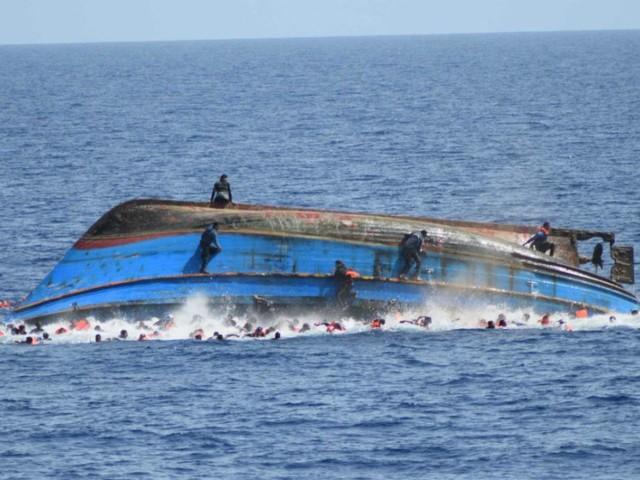 """Migranti, Alarm Phone: """"Maxi naufragio davanti alla Libia. Barca capovolta con oltre 100 persone a bordo"""""""